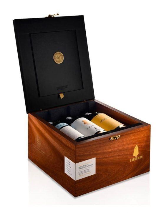 Eine Flasche Sandeman Vintage 225 Jahre Portwein Holzkiste